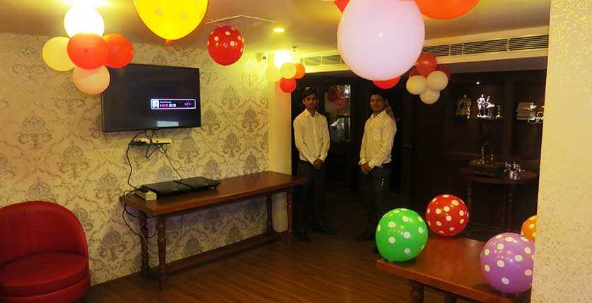 Queen's Bar & Lounge gallery image